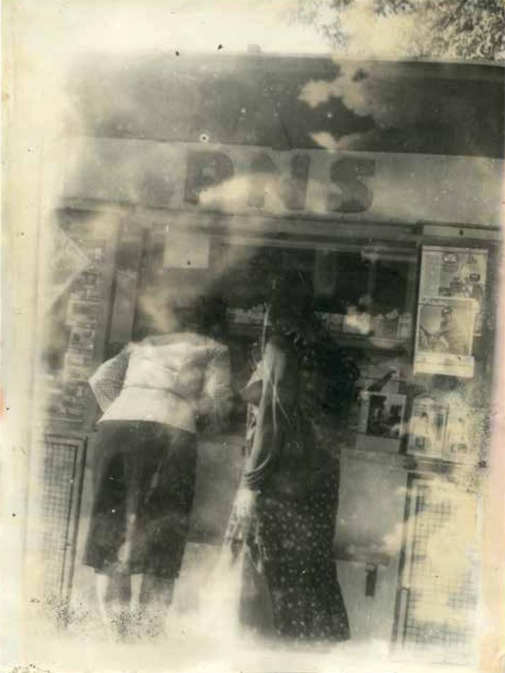 Due donne ad un chiosco di giornali viste da dietro