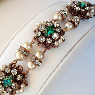 Historical jewelry. Rhinestone jewelry. emerald green. sparkly.