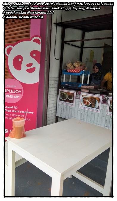 Gambar di kedai makan Nasi Kerabu Aini di Taman Seroja dengan bunting Food Panda