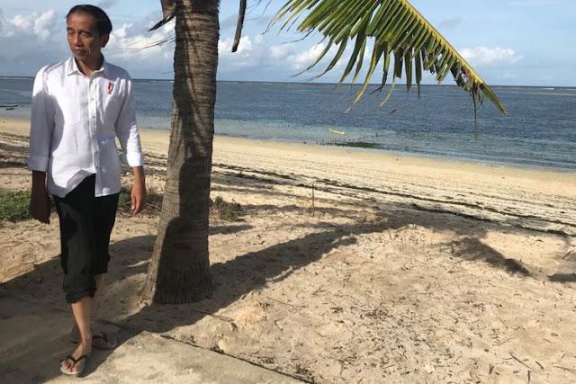 Melihat Presiden Jokowi Menikmati Keindahan Pantai Nemberala, Bersendal Jepit Menyusuri Pantai dan ......