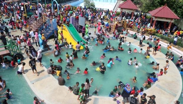 Membludaknya pengunjung saat hari libur di Kolam Renang Waterpark Wana Wisata Dander Bojonegoro