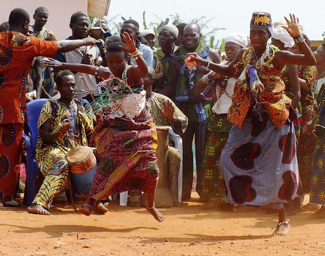 Devotos del vudú bailan en la playa de Ouidah, durante la celebración del Festival Vudú, en Benín.