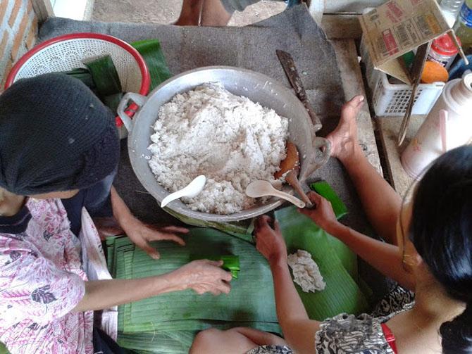 Ibuku sedang membuat Buras di rumah, Karimunjawa