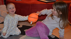Zwei Kinder streiten sich um einen Ball
