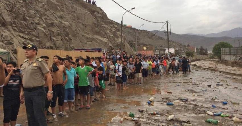 Cierran tránsito vehicular en puente Las Torres a causa del desborde del Huaycoloro - San Juan de Lurigancho