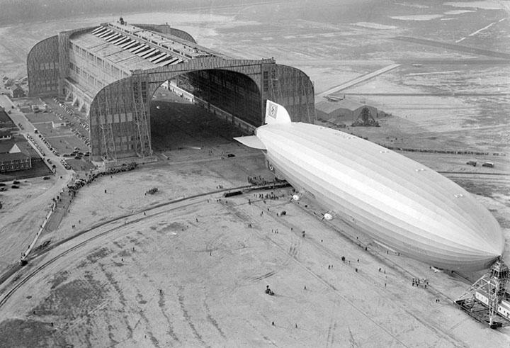 Дирижабль «Гинденбург» возле ангара