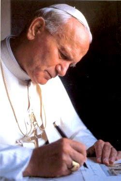 Foto del papa Juan Pablo II escribiendo