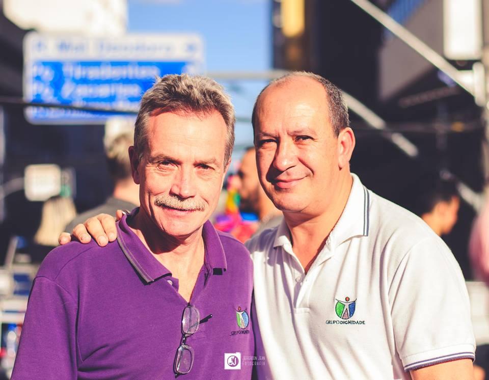 Papa Francisco saúda o casal Toni Reis e David de Curitiba por batizar filhos