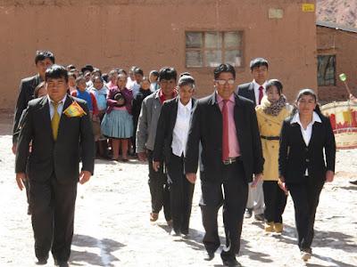 Lehrer des Colegio die haben mit der Kirche aber wenig am Hut. Also zum Gottesdienst am Sonntag kommt keiner.