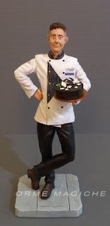 statuina personalizzata pasticcere statuetta torta cioccolato grembiule orme magiche