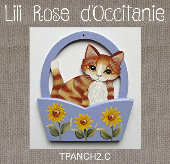 L'anse du panier sert de porte-fils, chat roux & panier bleu orné de tournesols. Broderie et point de croix