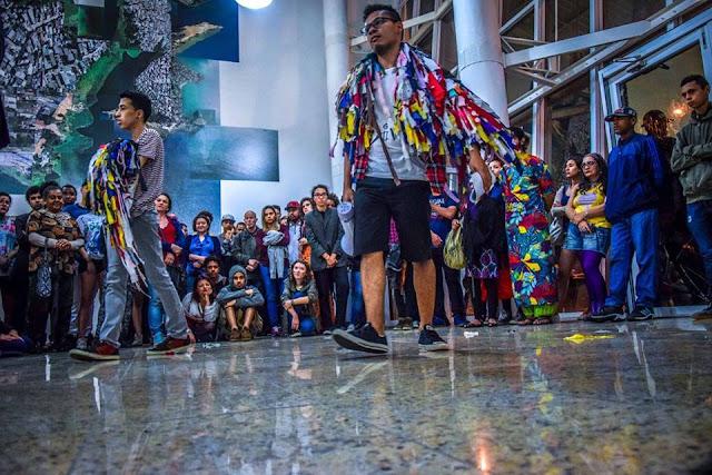 Espetáculo da Cia. Diversidança ocupa espaços urbanos e quebra rotina da cidade