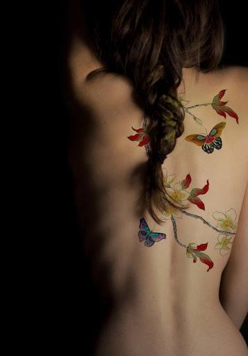 Borboletas e folhas de tatuagem para as mulheres em volta