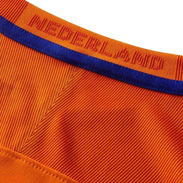 A camisa reserva é predominantemente roxa com finas listras na manga em  azul claro 4e300e457f751