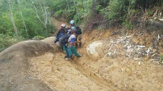 Mengharukan .. Begini Perjuangan Prajurit TNI Mengantar Bantuan Seragam ke SD Terpencil di Kalimantan!