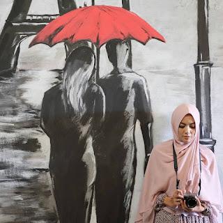 Foto Muslimah Berhijab Syari Bawa Kamera