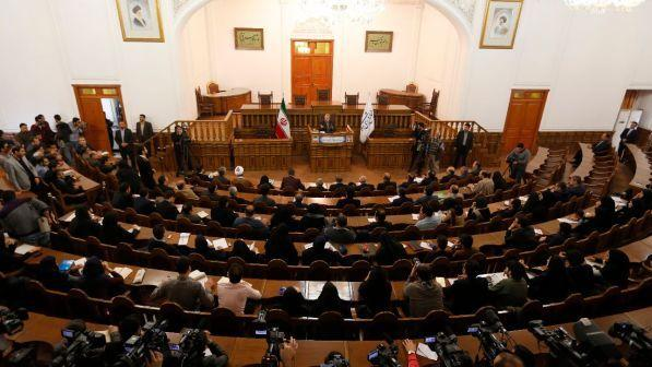 Iran sparatoria dentro il parlamento ostaggi e feriti for Parlamento in diretta
