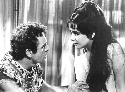 Still Shot of Richard Burton and Elizabeth Taylor in 1963 Cleopatra