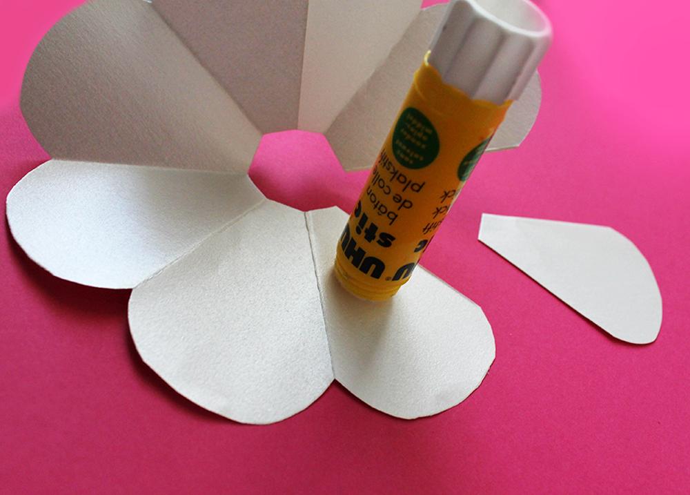 papier créatif avec tube de colle