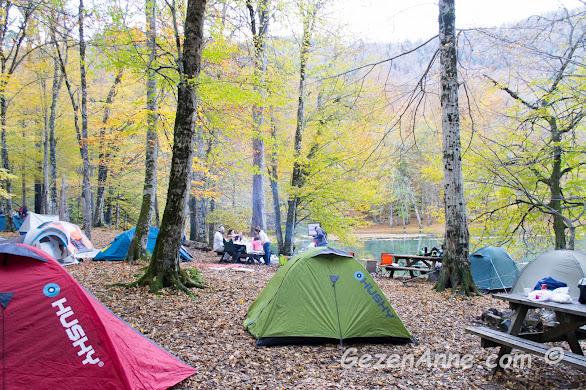 Nazlıgöl kıyısında kamp ve piknik yapanlar, Yedigöller Milli Parkı