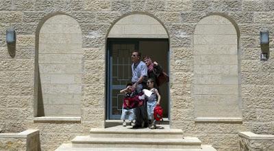 Después de años de reveses, los palestinos están empezando a moverse con orgullo en su primera ciudad planificada que se está construyendo en Cisjordania - una medida que no se trata sólo de bienes raíces, pero también un símbolo de su búsqueda de la estadidad después de casi 50 años de ocupación militar israelí.
