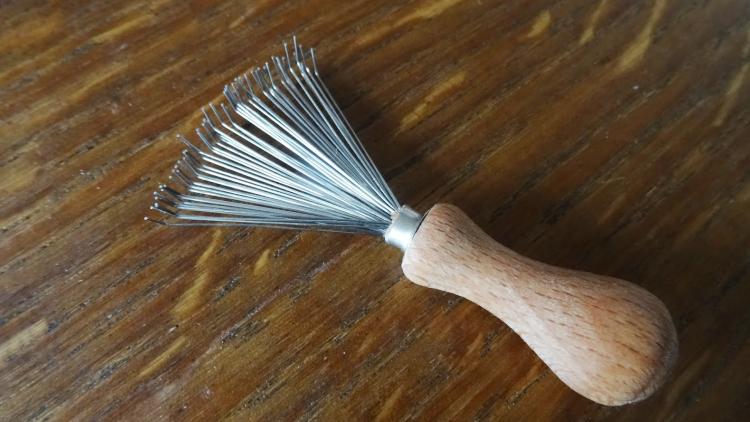 Le mini râteau pour nettoyer sa brosse à cheveux