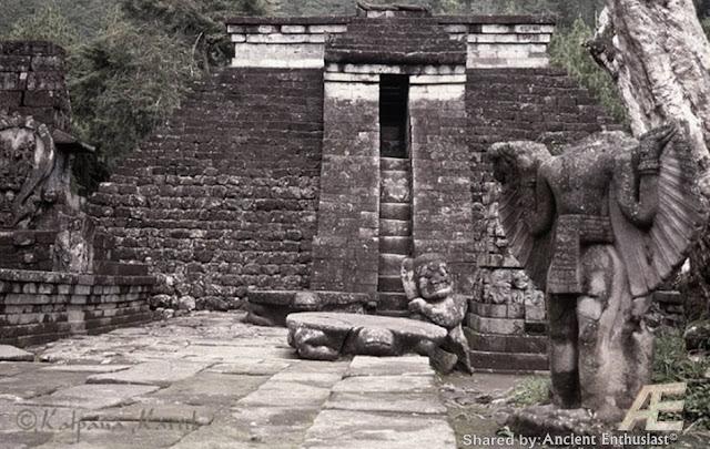 Птицеголовые сумервы. Голова от туловища была вырвана с брошена у входа в пирамиду храм. Сумерв изначально творили из Гигантов людей Асов и Асий. Первоначальные сумервы творились с головой человека Гиганта, хозяина планеты очевидно такие сумервы рано или поздно становились на защиту людей от инопланетного зла. Как и этот гигант, восставший против Сумерв не захотевший измучивать свой род дальше, был обращён в камень и оставлен лежать головой у ног маленьких людей, как показатель унижения перед теми, кого защитить посмел. Как делались Сумервы из кого и чего они творились куда делись более сильные Гиганты , об этом и многом другом рассказываю в фильме на русском языке Моя расшифровка рукописи Войнич В центральной части острова Ява в Индонезии, на склонах горы Лаву, примерно в 40 км к востоку от города Соло, находится храмовый комплекс Канди(чанди) Сукух. Особенностью этого комплекса является тот факт, что в его центральной части возвышается ступенчатая пирамида. Эта подлинная ступенчатая пирамида, как считают ученые, была построена в 1437 г. н.э. Согласно ее описанию, она считается «древней эротической пирамидой острова Ява», а сам храм- храмом любви. Храмовый комплекс украшен каменной резьбой ваянг индусского происхождения. Считается, что слово «канди», происходит от слова «Чандика» — одного из названий богини смерти Дурги, сотворившей смерть красной расе гигантам Ассиям. Красная раса подверглась наибольшему изменению: изначально ее представители имели смуглую кожу, стального цвета глаза и золотистые с бронзовым отливом волосы. Храмовый комплекс Канди Сукух - индуистский храм на острове Ява, в Индонезии, построенный в виде ступенчатой пирамиды. Храм расположен на западном склоне горы Лаву на высоте 900 метров. Храмовый комплекс Канди Сукух относится к пятнадцатому веку, а его центральная пирамида, по мнению историков, была сооружена в 1437-м году. Архитектура весьма необычная для Индонезии - это единственный храм такого рода на территории страны. Ступенчатая пирамида 
