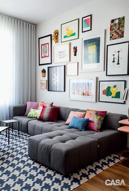 decoração-que-mistura-quadros-e-objetos-na-decoração-da-sala