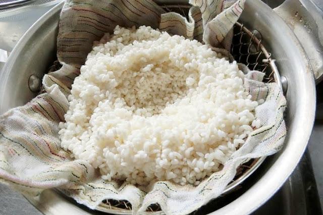 圧力鍋の籠に蒸し布をのせてもち米を置いて中央をくぼませる