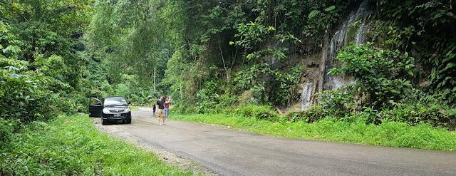 Singgah sejenak diperjalanan menuju ke Bomberay, ada air terjun !