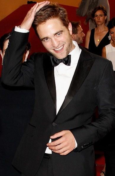 Foto de Robert Pattinson retocándose el cabello