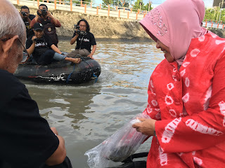 walikota surabaya saat menabur benih ikan dikalimas