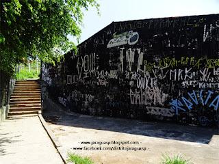 Escada (ao lado do Ecoponto) que leva à Vila Chica Luisa