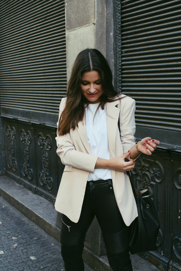 blazer nude, pantalones de cuero blog de moda