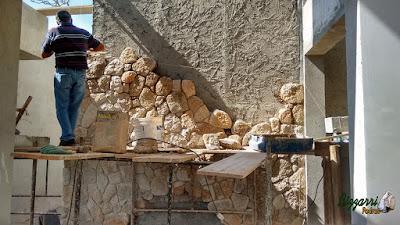 Bizzarri visitando obra e orientando onde estamos fazendo a execução do revestimento de pedra com pedra moledo na parede do jardim de inverno da residência em condomínio em Atibaia-SP, faremos o revestimento de pedra com o lago ornamental de carpas com cachoeira de pedra na parede. 17 de agosto de 2016.