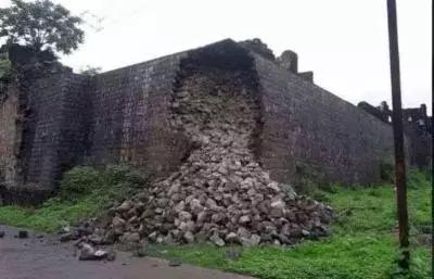 शिवकालीन ऐतिहासिक भुईकोट किल्ल्याची भिंत कोसळली