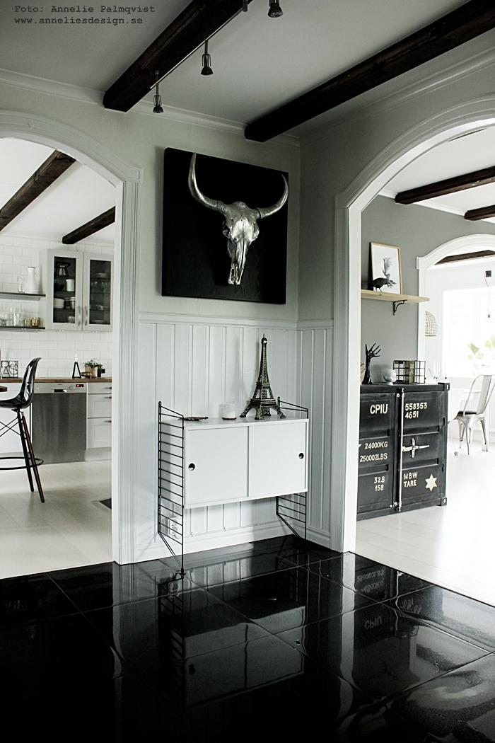 hall, hallen, svartvit, inredning, svartvitt, svartvita, klinkers, klinkersplattor, stora plattor, svart golv, vit stringbyrå, string, eiffeltorn, eiffeltornet, kök, vardagsrum, vardagsrummet, köket, eiffeltornet, webbutik, webbutiker, webshop, inredning, annelies design,