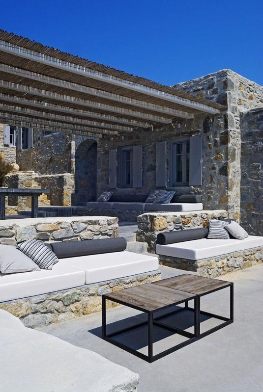 terraza minimalista con sofas de obra chicanddeco