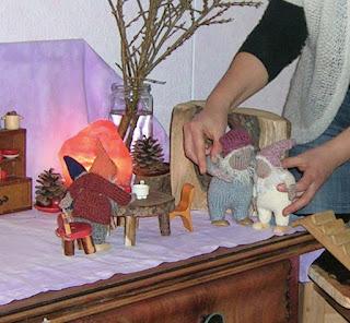 Monatsfeier im Kindergarten, Monatsfeier März, Puppenspiel im März, Puppenspiel im Frühling, Zwerge und Schneeglöckchen, Puppenspiel mit Schneeglöckchen, Waldorfkindergarten Puppenspiel, Hottinger Zwerge, Zwergenstübchen