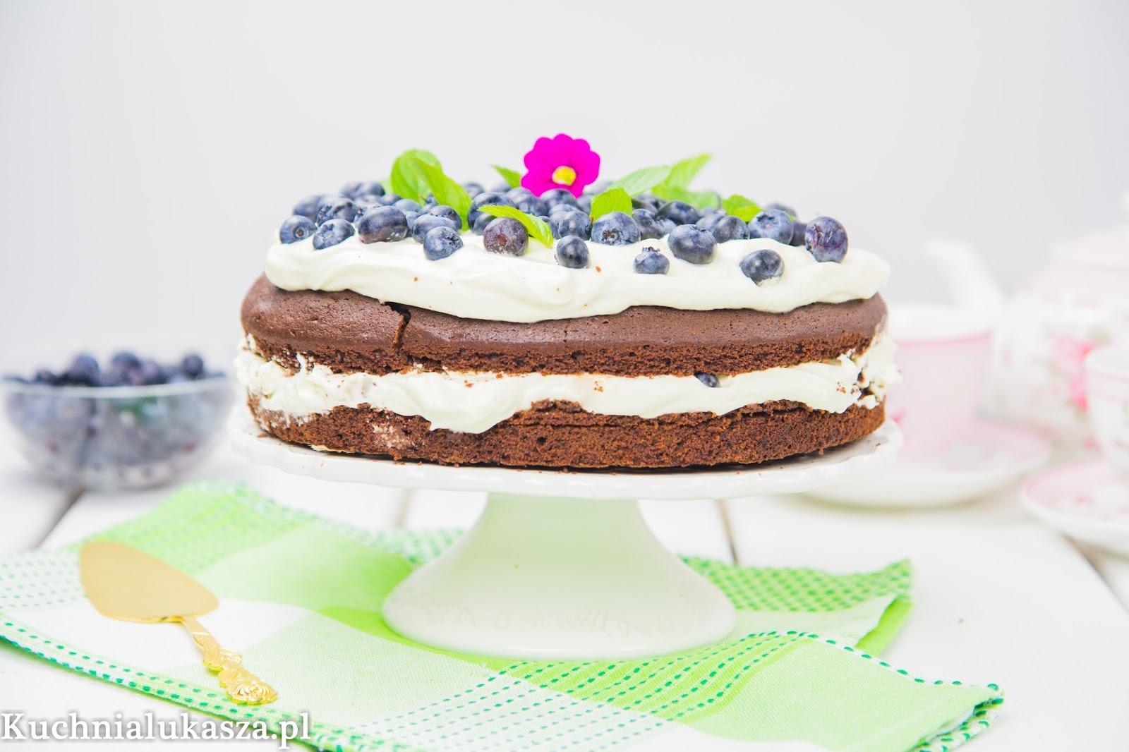 Ciasto czekoladowe z kremem i jagodami