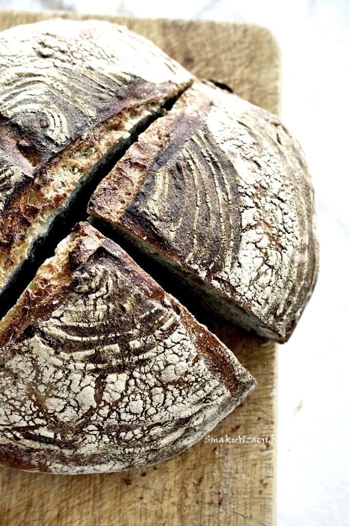 Chleb na pszennym zakwasie z orzechami laskowymi i daktylami