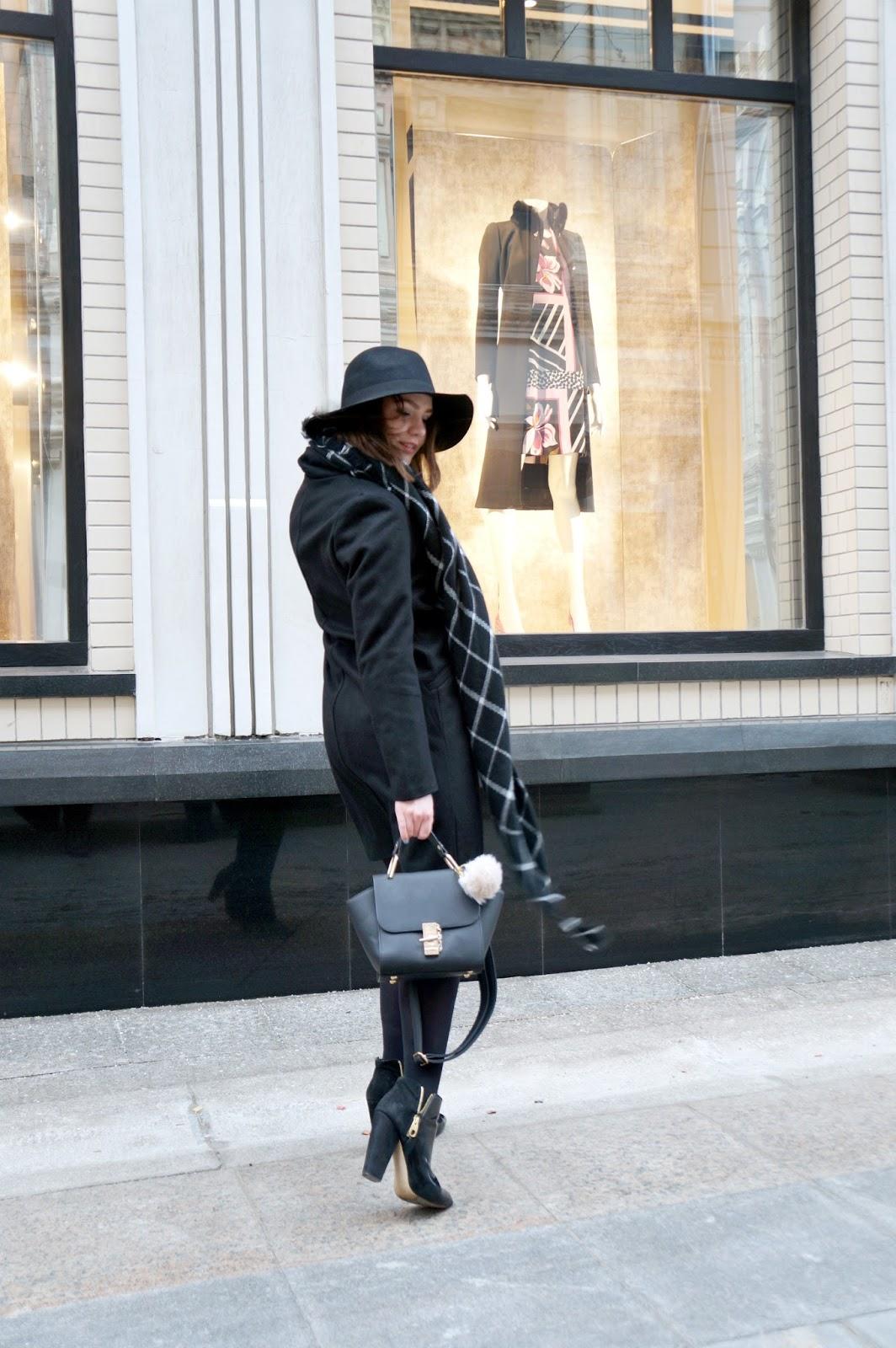 Fashion Blogger | Fedora | Black Coat