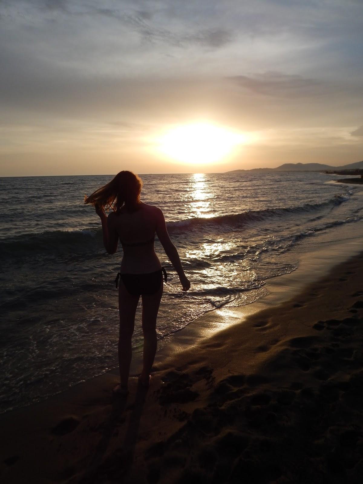 Západ slunce na pláži v Černé Hoře Ada Bojana