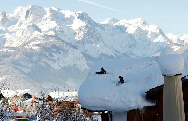 Військові скидають сніг із даху