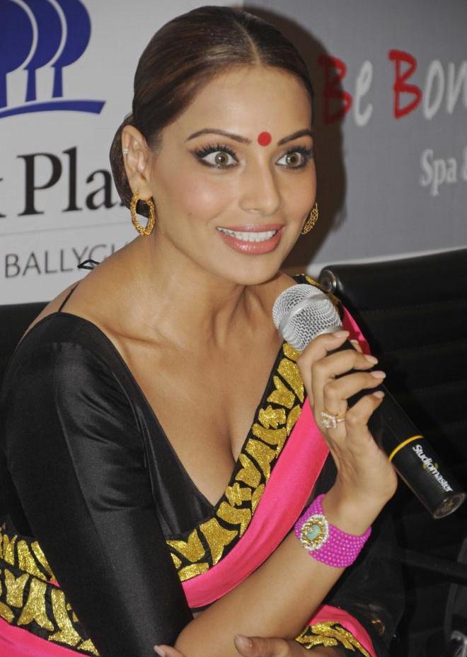 Hot Bollywood Actress Bipasha Basu Sexy Photos In Saree -1412