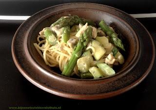bord met spaghetti groene asperges courgette kip dragon