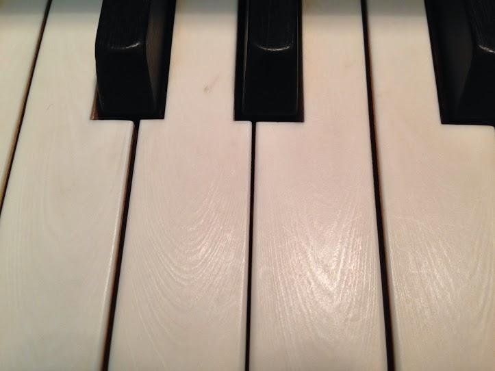 Mua đàn Piano phím ngà tốt hơn hay phím nhựa tốt hơn
