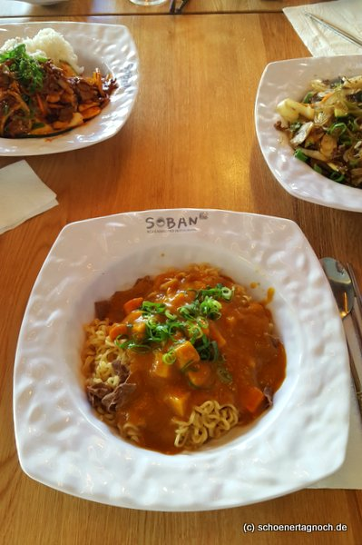 Asia-Nudeln mit Curry, Rindfleisch und Gemüse im Restaurant Soban in Karlsruhe
