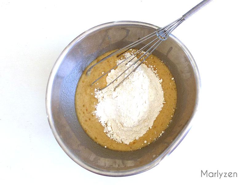 Versez la farine et la levure chimique.