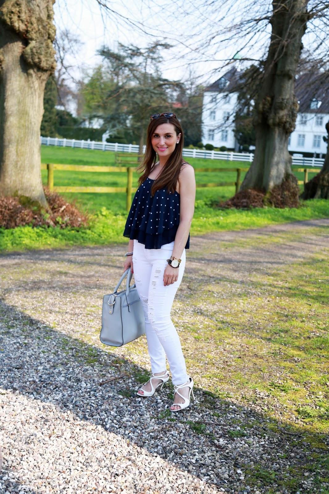 Weiße Hose - Blogger mit weißer Hise - Ripped Jeans - Pünktchentop - Trägertop mit punkten von MyColloseum Fashionstylebyjohanna